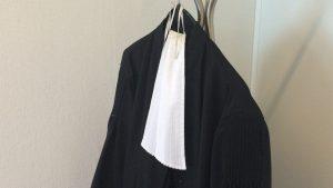 Pourquoi les avocats portent-ils une robe lors des audiences ?