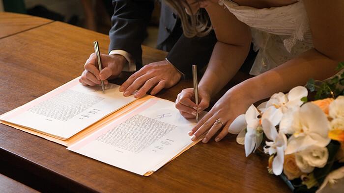 signature des mariés pendant un mariage civil