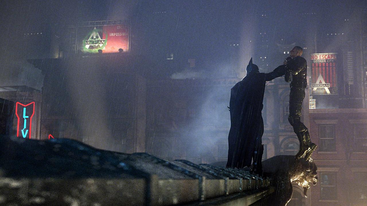 Batman interroge un criminel en le suspendant au dessus du vide