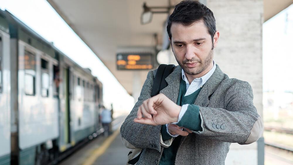 homme qui attend son train pendant la grève des transports